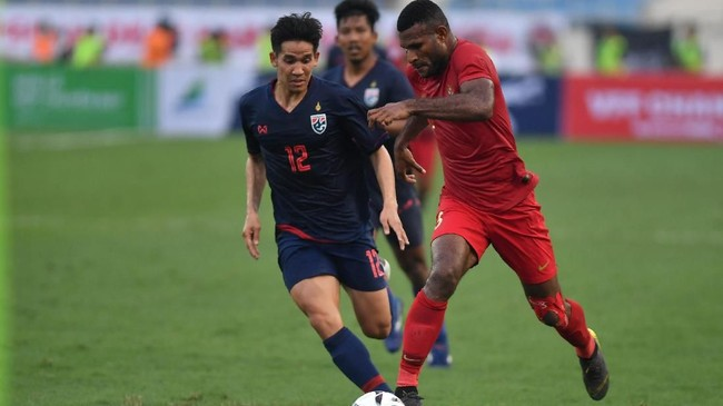 Penyerang Timnas Indonesia U-23 Marinus Manewar (kanan) gagal mendapat ruang dan suplai bola saat melawan Thailand. (ANTARA FOTO/R. Rekotomo)