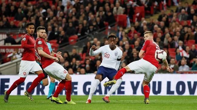 Callum Hudson-Odoi kemudian berperan dalam gol kelima timnas Inggris pada menit ke-84 setelah bola rebound hasil tendangan pemain Chelsea itu membuat Tomas Kalas melakukan gol bunuh diri. (REUTERS/David Klein)