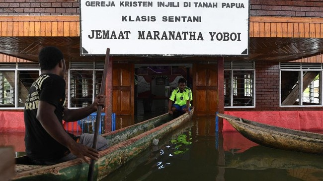 Banjir bandang di Distrik Sentani, Kabupaten Jayapura, Papua, yang terjadi sejak 16 Maret lalu ikut merendam Gereja Kristen Injili di Tanah Papua, Klasis Sentani.Ketinggian airdi gereja diperkirakan mencapai40 hingga 50 cm. (ANTARA FOTO/Zabur Karuru)