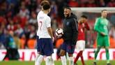 Raheem Sterling menyimpan bola pertandingan timnas Inggris vs timnas Republik Ceko usai menciptakan hattrick. (Reuters/Carl Recine)