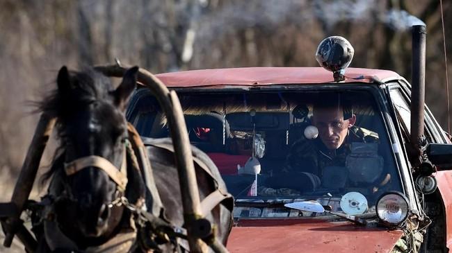 Usikov bahkan melengkapi mobil kudanya dengan pemanas agar tetap nyaman mengendarai mobil ini ketika musim dingin (Photo by Sergei GAPON / AFP)