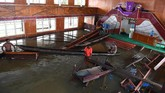 Warga merapikan kursi gereja yang terendam banjir Sentani di Kampung Yoboi. BNPB mencatat banjir membuat sejumlah bangunan rusak berat di antaranya 375 rumah, empat jembatan dan lima tempat ibadah. (ANTARA FOTO/Zabur Karuru)