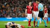 Laga berjalan 17 menit timnas Inggris harus kehilangan Eric Dier yang mengalami cedera. Gelandang Tottenham Hotspur itu kemudian digantikan Ross Barkley. (REUTERS/David Klein)