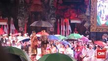 Saat Jokowi Payungi Bendesa Adat Bali di Tengah Guyuran Hujan