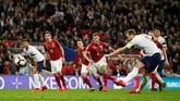 Timnas Inggris menutup babak pertama dengan keunggulan 2-0 lewat penalti Harry Kane saat injury time babak pertama. Penalti didapat setelah Raheem Sterling dijatuhkan Pavel Kaderabek. (Reuters/John Sibley)