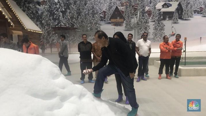 Wisata salju tak perlu lagi harus ke luar negeri, cukup ke Bekasi di Trans Snow World yang ada di Trans Park Juanda Bekasi.