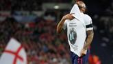 Raheem Sterling merayakan gol ketiga timnas Inggris dengan memberi tribute untuk pemain muda Crystal Palace Damary Dawkins yang meninggal pekan lalu karena leukaemia. (REUTERS/David Klein)