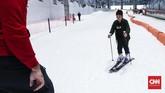 Ada pula lintasan Ski Area, tempat untuk bermain ski bagi para pemula maupun ahli. Instruktur dan snow ranger sudah dipersiapkan untuk membantu pengunjung bermain ski menuruni pegunungan Alpen mini. Instrukturnya bahkan didatangkan langsung dari Italia dan bersertifikat ski internasional. (CNNIndonesia/Safir Makki)