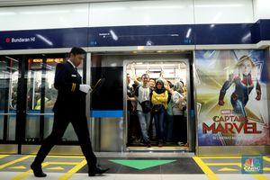 Padat, Warga Antusias Coba Naik MRT Jakarta