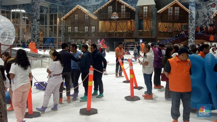 Mulai tanggal 25 Maret 2019, wisata salju dapat dinikmati di Trans Snow World yang ada di Trans Park Juanda Bekasi.