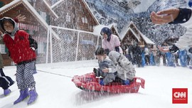 FOTO: Bermain di Hamparan Putih Salju Trans Snow World