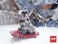 FOTO: Bermain di Hamparan Putih Salju Trans Snow World