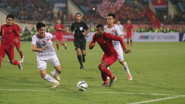 Penyerang Timnas Indonesia U-23 Marinus Wanewar berupaya membongkar lini pertahanan Vietnam. Gol kemenangan Vietnam dicetak Trieu Viet Hung saat injury time babak kedua. (Dok. PSSI)