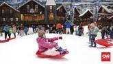 Pengunjung sebaiknya membawa jaket agar tak kedinginan saat bermain salju. Soal sepatu, tak perlu khawatir karena setiap pengunjungi mendapat pinjaman bot karet gratis. (CNNIndonesia/Safir Makki)