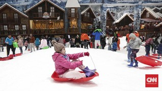 Pengunjung Antusias Cicipi Salju di Bekasi Bersama Keluarga