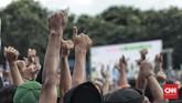 Massa pendukung Jokowi membuat Stadion Maulana Yusuf bergumuruh dengan mengumandangkan lagu Indonesia Raya sebagai pembuka kampanye. (CNN Indonesia/Andry Novelino)