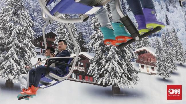 Lintasan kursi gantung atau chairlift yang bakal membawa pengunjung menaiki pegunungan Alpen mini. Kursi gantung ini memberikan pengaman menikmati area yang dipenuhi salju dari ketinggian. (CNNIndonesia/Safir Makki)