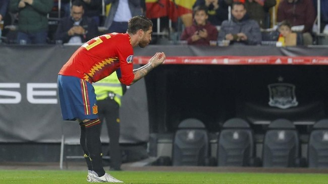 Kemenangan akhirnya jadi milik Spanyol setelah Sergio Ramos mencetak gol kedua di menit ke-71 lewat eksekusi penalti. (REUTERS/Heino Kalis)