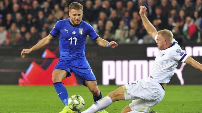 Timnas Italia berusaha keras untuk langsung menekan pertahanan Finlandia sejak laga dimulai. (REUTERS/Jennifer Lorenzini)