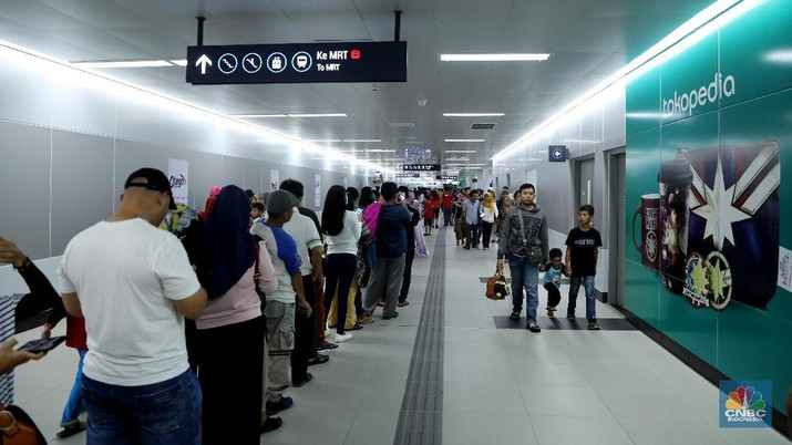 PT Mass Rapit Transit Jakarta (MRT) Jakarta secara resmi menggandeng 5 bank nasional untuk bekerja sama terkait pembayaran tiket MRT Jakarta.