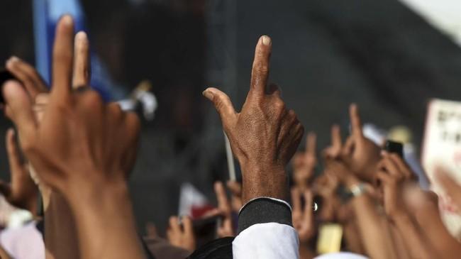 Prabowo menjanjikan bakal menurunkan tarif listrik dan harga sembako sebagai kebijakan 100 hari pemerintahannya kelak. ANTARA FOTO/Yusran Uccang