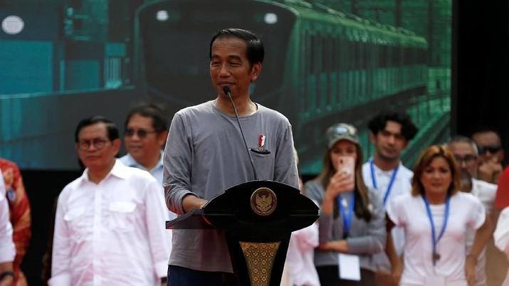 Presiden Joko Widodo mengajak masyarakat Jakarta untuk mulai memakai transportasi umum seperti kereta Moda Raya Terpadu (MRT)