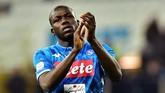 Kalidou Koulibaly adalah salah satu buruan panas di bursa transfer mendatang. Menurut daily mail, Manchester United berminat untuk mendatangkan bek Napoli tersebut.(REUTERS/Massimo Pinca)