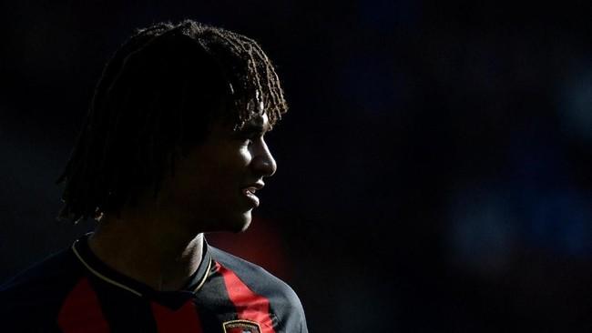 Nathan Ake dari Bournemouth disebut Calciomercato sebagai buruan Napoli. (REUTERS/Peter Powell)