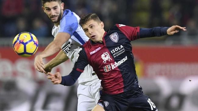 Nicolo Barella, dikutip Corriere dello Sport, kemungkinan bakal meninggalkan Cagliari musim depan. Chelsea dan Inter Milan adalah calon kuat klub baru Barella. (REUTERS/Alberto Lingria)