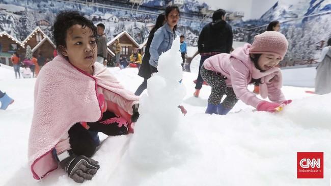 Dengan butiran salju halus menyerupai asli-yang dibuat dengan mesin berteknologi Italia besutan Jerman-di area ini pengunjung dapat bermain lempar-lemparan salju, bahkan membuat snowman alias boneka salju. (CNNIndonesia/Safir Makki)