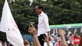Jokowi mengajak masyarakat Banten untuk melawan hoaks yang menyudutkan dirinya selama Pilpres 2019. Dia meminta warga mencoblos pasangan calon berseragam putih di kertas suara saat hari pencoblosan 17 April 2019. (CNN Indonesia/Andry Novelino)