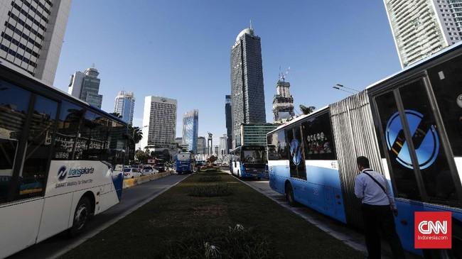 Halte Transjakarta Bundaran HI menjadi halte pertama yang terintegrasi dengan MRT. Pada tahun 2014, halte tersebut sempat dibongkar karena pembangunan stasiun MRT di HI. (CNNIndonesia/Safir Makki)