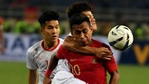 Winger Timnas Indonesia U-23 Osvaldo Ardiles ditahan pemain Vietnam Ho Tan Tai. Osvaldo tidak banyak berkutik melawan lini pertahanan Vietnam. (ANTARA FOTO/R. Rekotomo)