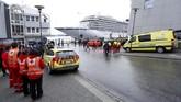 Tenaga medis dan sejumlah mobil ambulans disiagakan di Pelabuhan Molde untuk membantu sejumlah penumpang kapal yang rata-rata sudah uzur cedera. (NTB Scanpix/Svein Ove Ekornesvag via REUTERS)