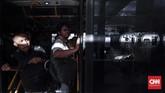 Penumpang MRT yang akan melanjutkan perjalanan menggunakan Transjakarta, dapat melakukan tap in dan tap out melalui akses masuk atau keluar di stasiun, tapi sementara penumpang harus membayar ketika akan naik Transjakarta setelah turun dari MRT Jakarta. Belum bisa terintegrasi lewat tap in dan tap out. (CNNIndonesia/Safir Makki)