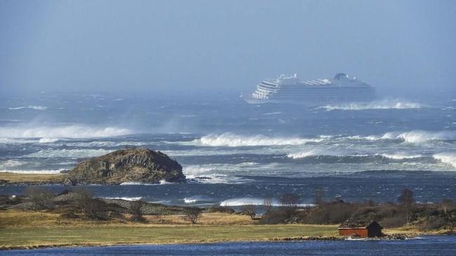 Kapal pesiar Viking Sky sempat terombang-ambing di perairan Hustadvika, Norwegia saat berlayar karena tiga dari empat mesinnya tidak berfungsi. (Frank Einar Vatne/NTB Scanpix/via REUTERS)