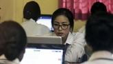 Siswa mengerjakan soal Ujian Nasional Berbasis Komputer (UNBK) di Sekolah Menengah Kejuruan (SMK) Pariwisata Dalung, Badung, Bali. UNBK SMK di Provinsi Bali diikuti sebanyak 32.102 dari 168 SMK. (ANTARA FOTO/Fikri Yusuf/wsj)