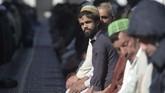 Mereka yang tidak tahu Dinklage, bahkan menyangka itu adalah saudaranya. Khan pun terkadang mengakui Dinklage sebagai kakak atau adiknya. (Photo by AAMIR QURESHI / AFP)