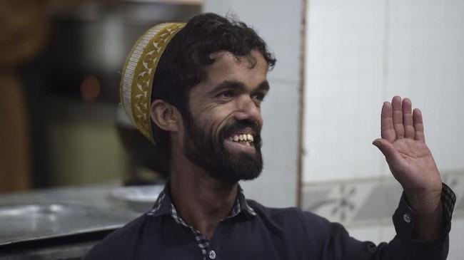 Pemuda 25 tahun itu sering dihentikan orang di jalanan dan dimintai foto. Ia merasa tidak masalah dengan itu, juga tak protes atas keterkenalannya. (Photo by AAMIR QURESHI / AFP)