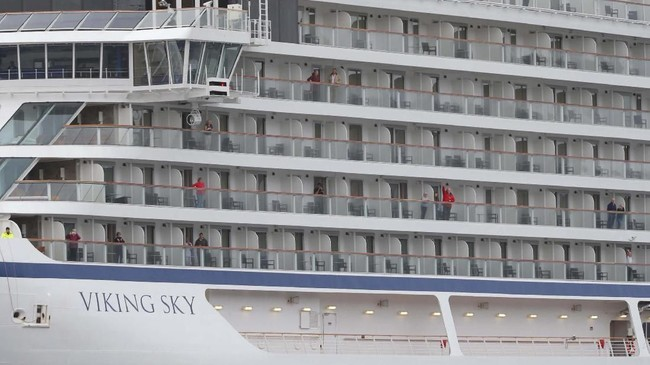 Penumpang dan awak kapal Viking Sky sempat terombang-ambing di laut selama beberapa jam sebelum berhasil diselamatkan. (NTB Scanpix/Svein Ove Ekornesvag via REUTERS)