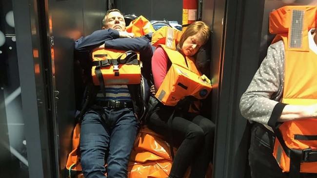 Proses evakuasi kapal Viking Sky sempat terhambat karena angin kencang dan gelombang tinggi. (Alexus Sheppard via AP)