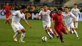 Gelandang Timnas Indonesia U-23 Witan Sulaeman (ketiga kanan) berupaya mengecoh pemain Vietnam. Kehadiran Witan juga gagal membuat Indonesia gagal mencetak gol. (ANTARA FOTO/R. Rekotomo)