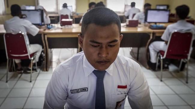 Seorang siswa SMK Negeri 1 Jakarta tampak berkonsentrasi mengikuti ujian mata pelajaran Bahasa Indonesia saat Ujian Nasional Berbasis Komputer (UNBK). (CNNIndonesia/Safir Makki)