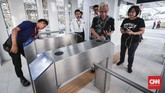 Gubernur DKI Jakarta Anies Baswedan telah mencoba sistem integrasi stasiun MRT Jakarta dengan halte bus Transjakarta di Bundaran HI tersebut, pada Senin (25/3). (CNNIndonesia/Safir Makki).