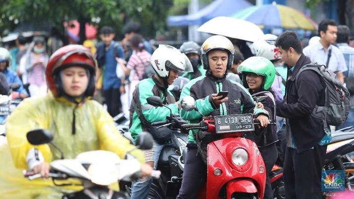 Kementerian Perhubungan (Kemenhub) sedang mendiskusikan rencana pembatasan driver ojek online agar pendapatan driver tak tergerus.