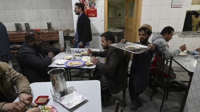 Rozi Khan seorang pelayan di Pakistan, tak pernah sekali pun mendengar soal Dinklage, Lannister, apalagi menonton Game of Thrones. (Photo by AAMIR QURESHI / AFP)