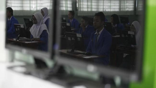Mendikbud Muhadjir Effendy juga menyebut UNBK bisa meningkatkan kepercayaan diri siswa karena hasilnya diakui oleh publik maupun lembaga terkait. (ANTARA FOTO/Maulana Surya/wsj)