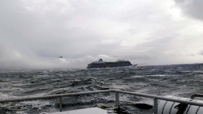 Kapal pesiar itu sedang mengangkut ribuan penumpang dan awak saat terombang-ambing di laut terjebak gelombang tinggi dan angin kencang. (IVER ANDREAS TUENE/via REUTERS)