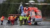 Sebagian penumpang kapal Viking Sky yang kondisinya sudah sangat lemah satu persatu dievakuasi menggunakan helikopter. (Svein Ove Ekornesvag/NTB Scanpix/via REUTERS)