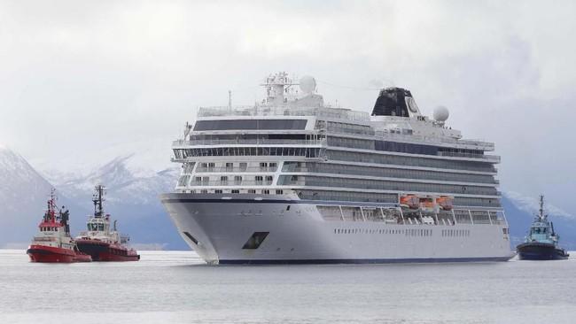 Kapal itu akhirnya berhasil ditarik ke pelabuhan Molde, Norwegia. (NTB Scanpix/Svein Ove Ekornesvag via REUTERS)